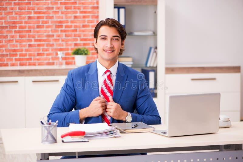 O empregado consider?vel novo que trabalha no escrit?rio fotos de stock
