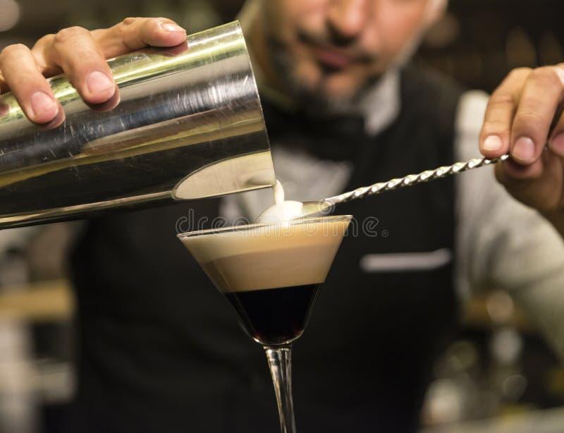 O empregado de bar está fazendo o cocktail no clube noturno fotografia de stock