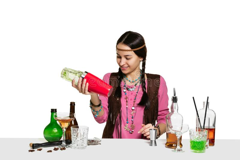 O empregado de bar fêmea perito está fazendo o cocktail no estúdio fotografia de stock royalty free