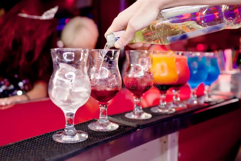O empregado de bar prepara cocktail exóticos imagem de stock