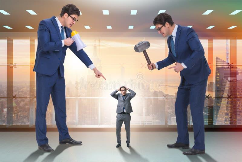 O empregado de molestamento do chefe irritado mau no conceito do negócio imagem de stock royalty free
