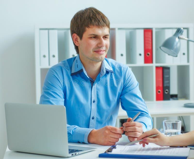 O empregado do sexo masculino novo da agência do seguro participa em um contrato com uma mulher Negócio, escritório, lei e concei foto de stock