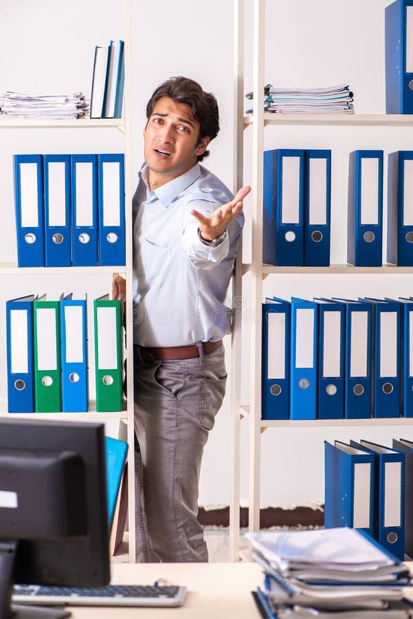O empregado do sexo masculino novo que trabalha no escritório imagem de stock