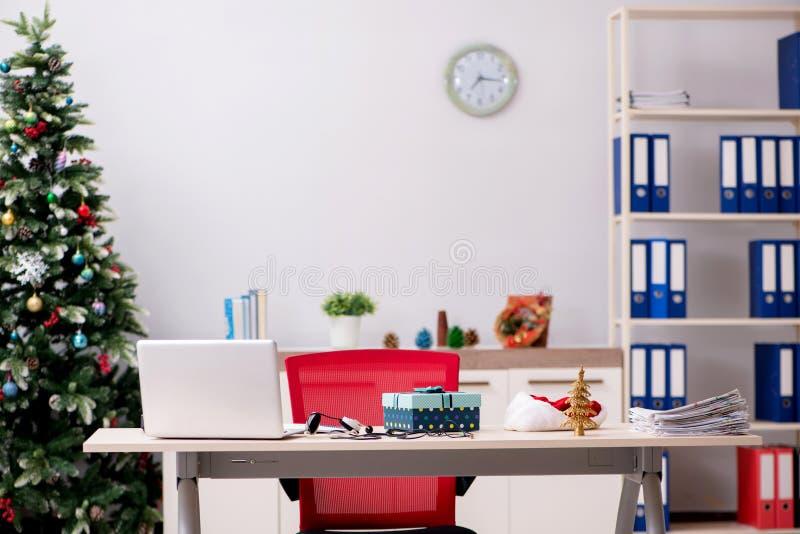 O empregado que trabalha no escritório na Noite de Natal imagens de stock