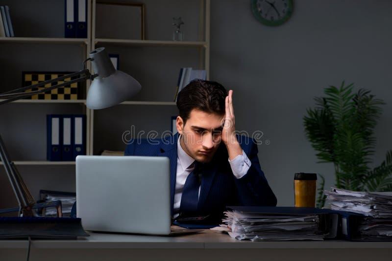 O empregado que trabalha tarde para terminar a tarefa que pode entregar-se importante imagens de stock