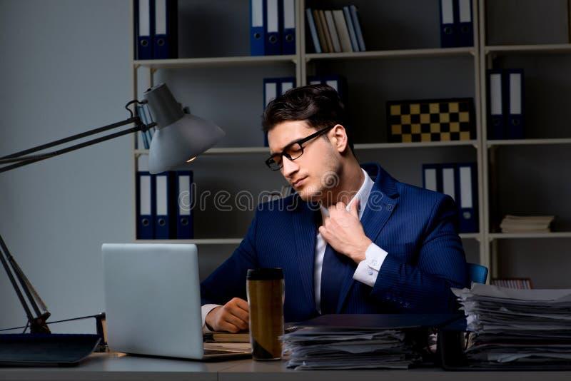 O empregado que trabalha tarde para terminar a tarefa que pode entregar-se importante imagem de stock royalty free