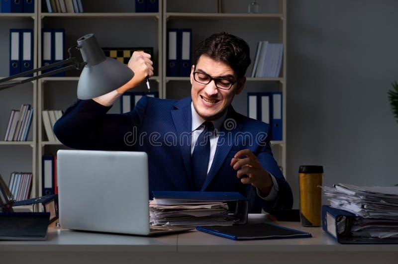 O empregado que trabalha tarde para terminar a tarefa que pode entregar-se importante foto de stock royalty free