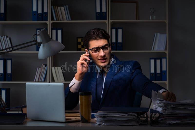 O empregado que trabalha tarde para terminar a tarefa que pode entregar-se importante imagem de stock
