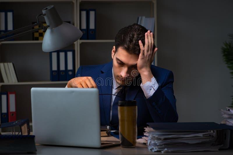 O empregado que trabalha tarde para terminar a tarefa que pode entregar-se importante foto de stock