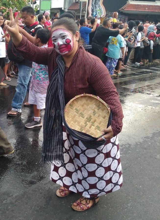 o empregado surakarta do palácio da forma na parada de carnaval comemora o indonesia& x27; Dia da Independência 2017 de s na estr imagens de stock