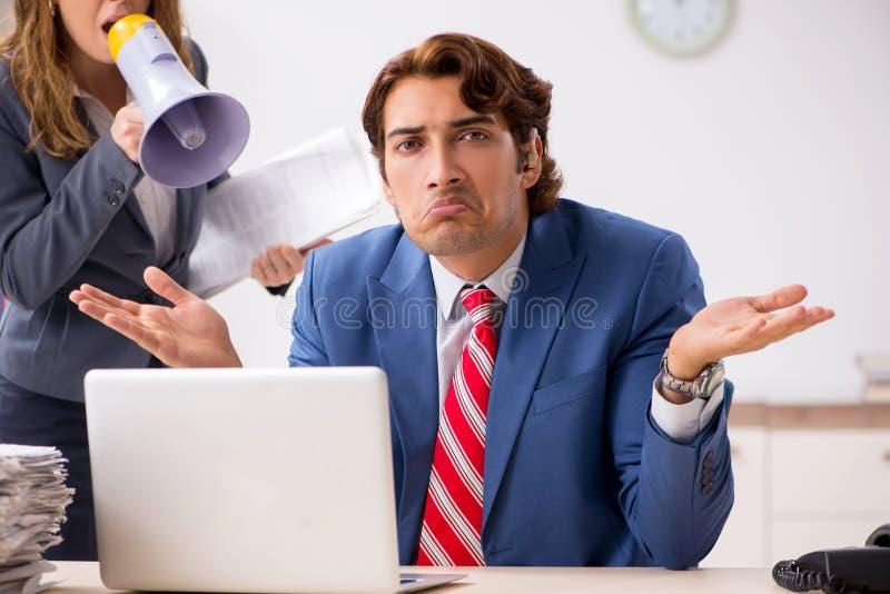 O empregado surdo que usa a pr?tese auditiva que fala para dirigir fotos de stock
