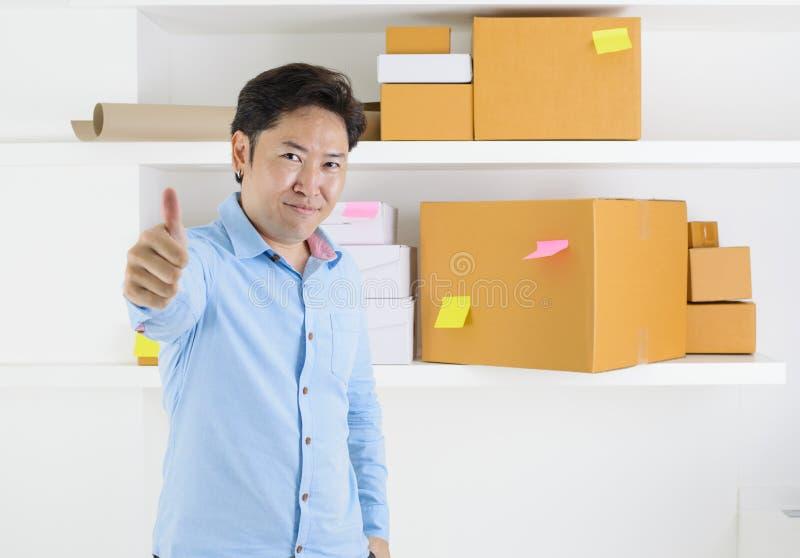 O empresário da empresa de pequeno porte do proprietário tem uma caixa no armazém a enviar ao cliente fotografia de stock