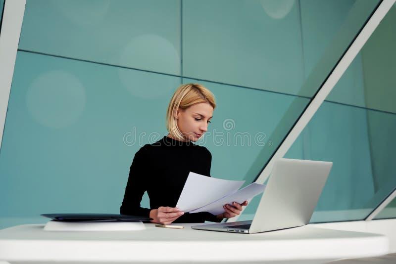 O empresário especializado fêmea novo lê o resumo para o recrutamento de trabalhadores novos imagem de stock royalty free