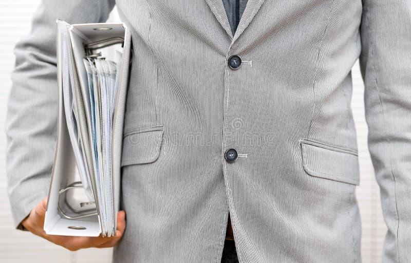 O empresário novo está indo à primeira reunião mostrar sua ideia foto de stock royalty free