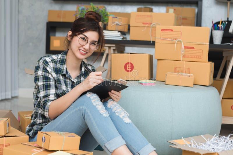 O empresário novo, proprietário empresarial do adolescente trabalha em casa, alfa imagens de stock
