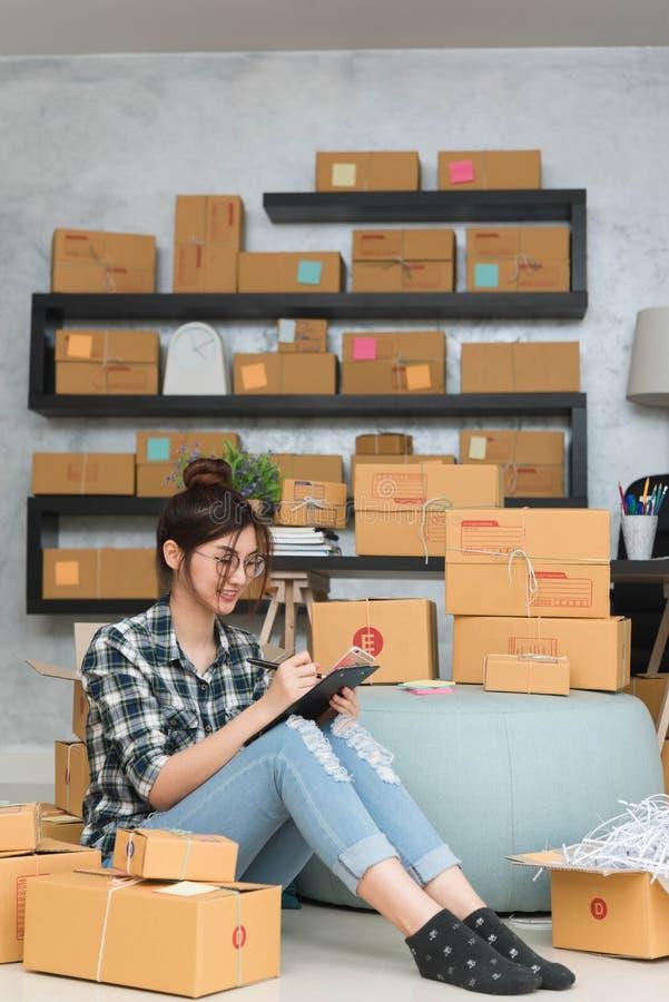 O empresário novo, proprietário empresarial do adolescente trabalha em casa, alfa imagem de stock royalty free
