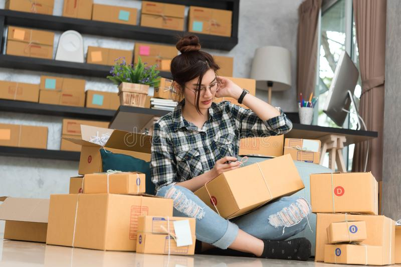 O empresário novo, proprietário empresarial do adolescente trabalha em casa, alfa imagem de stock