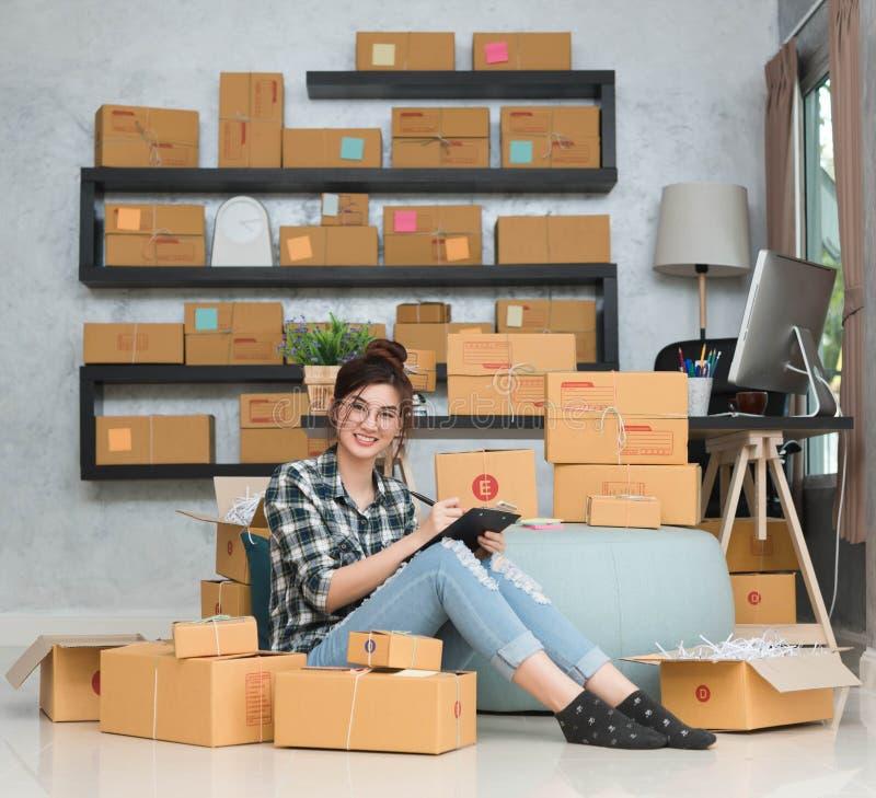 O empresário novo, proprietário empresarial do adolescente trabalha em casa, alfa fotos de stock royalty free