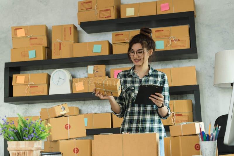 O empresário novo, proprietário empresarial do adolescente trabalha em casa, alfa fotos de stock