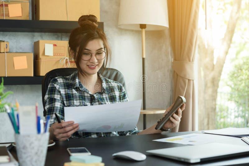 O empresário novo, proprietário empresarial do adolescente trabalha em casa, alfa imagens de stock royalty free