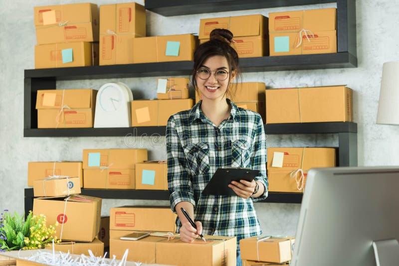O empresário novo, proprietário empresarial do adolescente trabalha em casa, alfa fotografia de stock royalty free