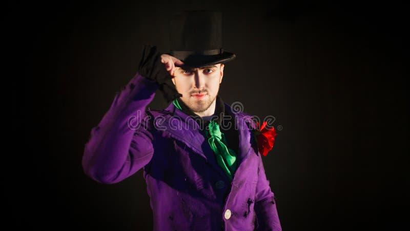 O empresário toca no chapéu Anfitrião, apresentador ou ator masculino novo na fase fotos de stock