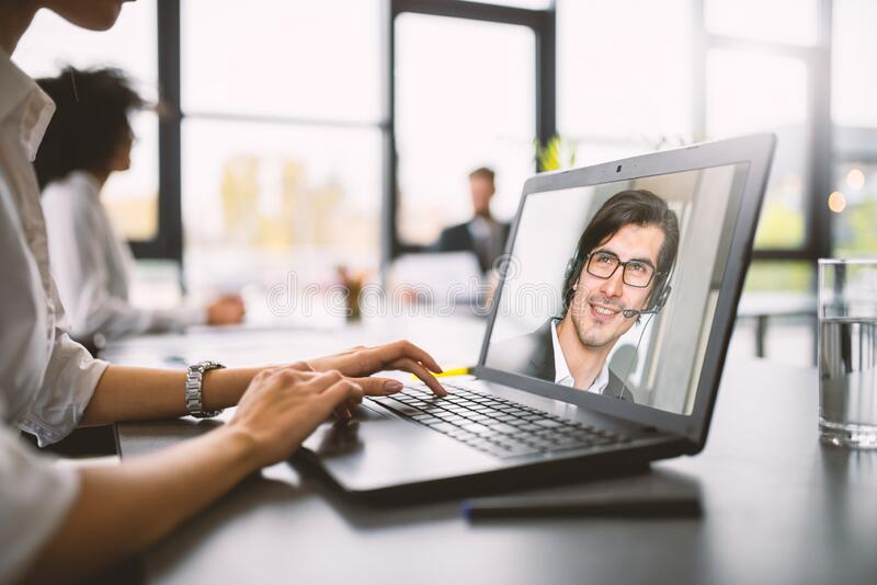 O empresário trabalha à distância com um vídeo devido à quarentena do coronavírus covid19 Conceito de trabalho inteligente imagens de stock royalty free