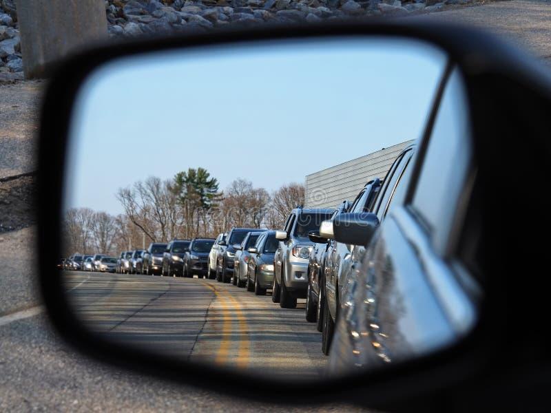 O engarrafamento de hora de ponta como visto a partir de um espelho de visão do lado dos carros imagens de stock royalty free