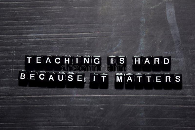 O ensino é duro porque importa em blocos de madeira Conceito da educa??o, da motiva??o e da inspira??o foto de stock