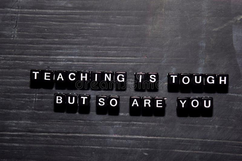 O ensino é resistente mas assim que é você em blocos de madeira Conceito da educa??o, da motiva??o e da inspira??o imagens de stock