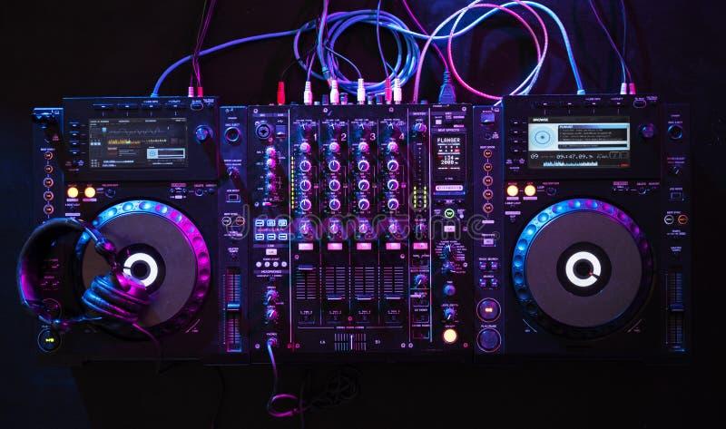 O entretenimento DJ do equipamento do misturador posta ilustração royalty free