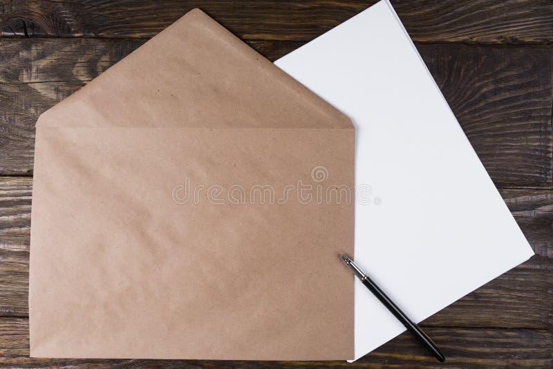 O envelope que encontra-se em folhas limpas A pena de fonte é aberta foto de stock