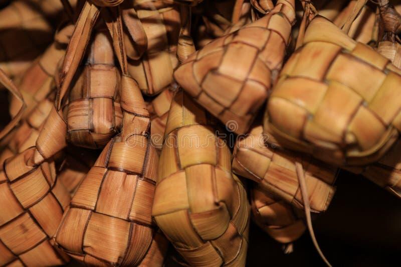O envoltório do arroz na folha do coco chamou o ketupat foto de stock