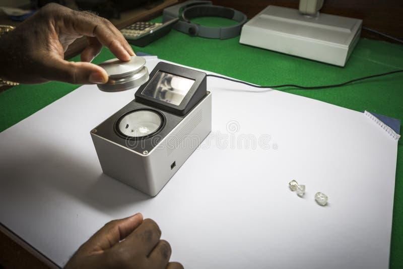 O equilíbrio do peso usou-se normalmente para pesar diamantes ásperos fotografia de stock