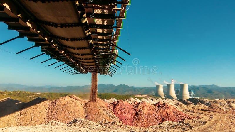O equipamento da mina está funcionando no local da mina foto de stock