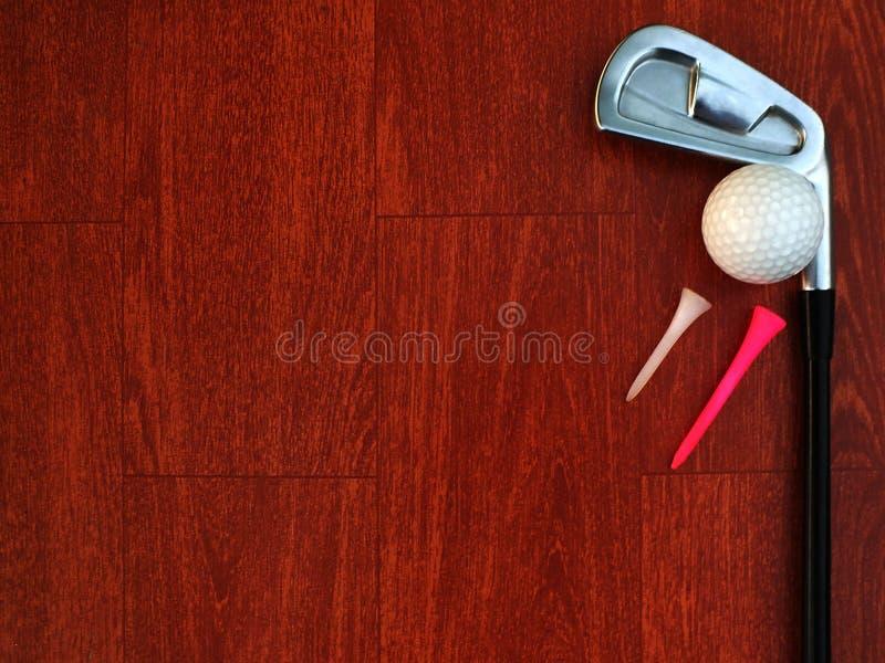 O equipamento de golfe, verifica o neatness do ferro, pôs o golfe sobre o assoalho de madeira vermelho fotografia de stock