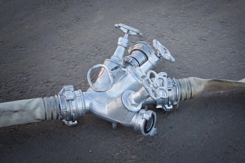 O equipamento de mangueira do fogo, o sistema de distribuição da água e as mangueiras para a água são conectados entre se e ficad imagem de stock royalty free