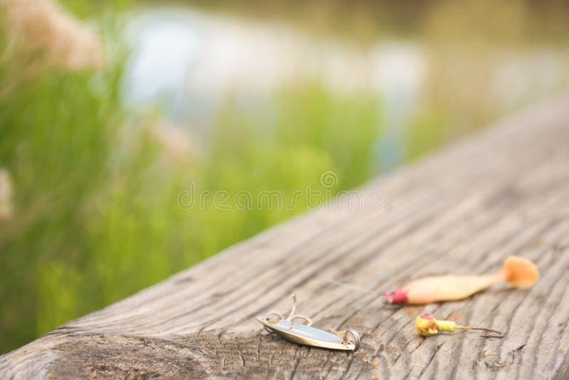 O equipamento deixado em pescar a doca ao longo da movimentação dos animais selvagens nos marrons estaciona no início do verão fotografia de stock