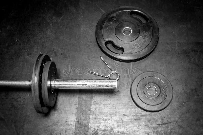O equipamento do exercício da aptidão torna mais pesadas placas imagem de stock royalty free