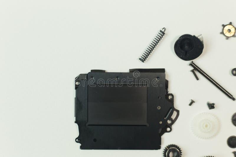 O equipamento do obturador da câmera no Livro Branco para o fundo imagens de stock