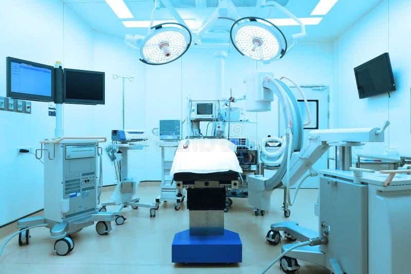 O equipamento e os dispositivos médicos na sala de operações moderna tomam com iluminação da arte e o filtro azul imagem de stock royalty free