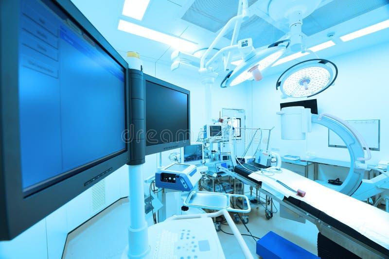 O equipamento e os dispositivos médicos na sala de operações moderna tomam com iluminação da arte e o filtro azul imagens de stock