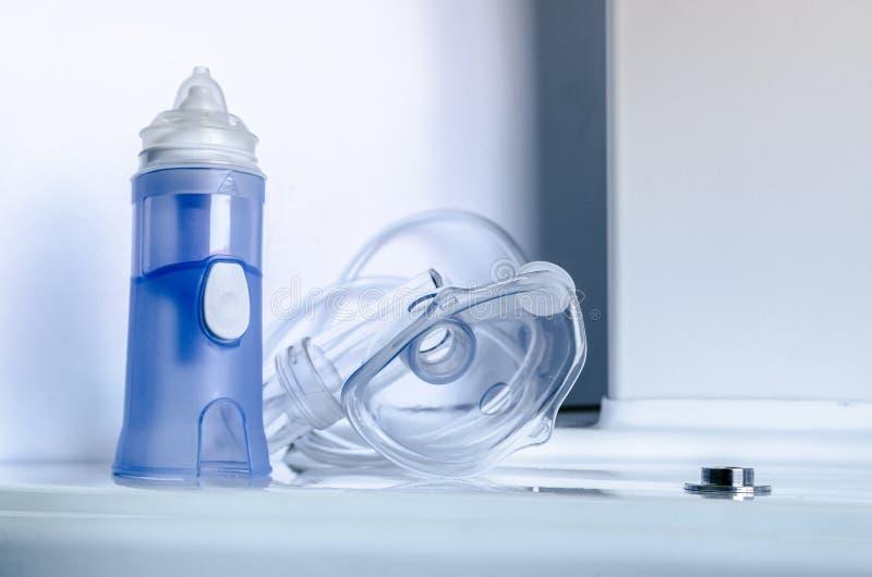 O equipamento médico para a inalação com máscara respiratória, nebulize imagens de stock royalty free