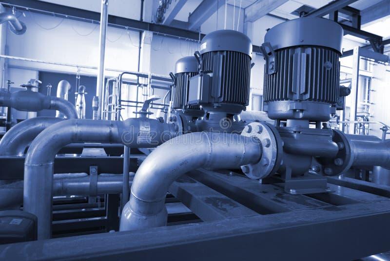 O equipamento novo bombeia, os parafusos, flanges na central energética imagens de stock royalty free
