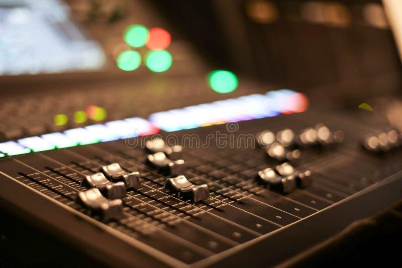 O equipamento para o controle do misturador sadio no canal de televisão do estúdio, o áudio e o agulheiro da produção do vídeo da fotos de stock