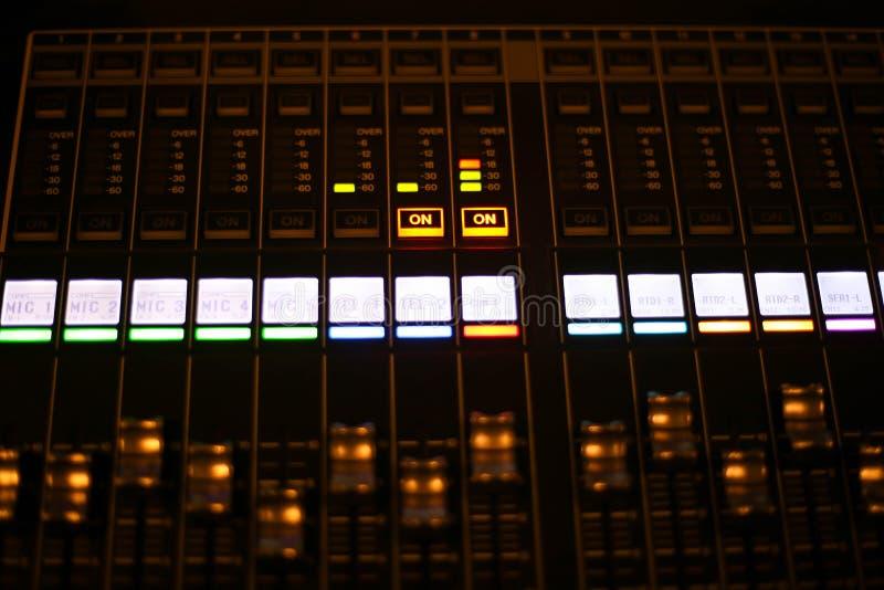 O equipamento para o controle do misturador sadio no canal de televisão do estúdio, o áudio e o agulheiro da produção do vídeo da fotografia de stock