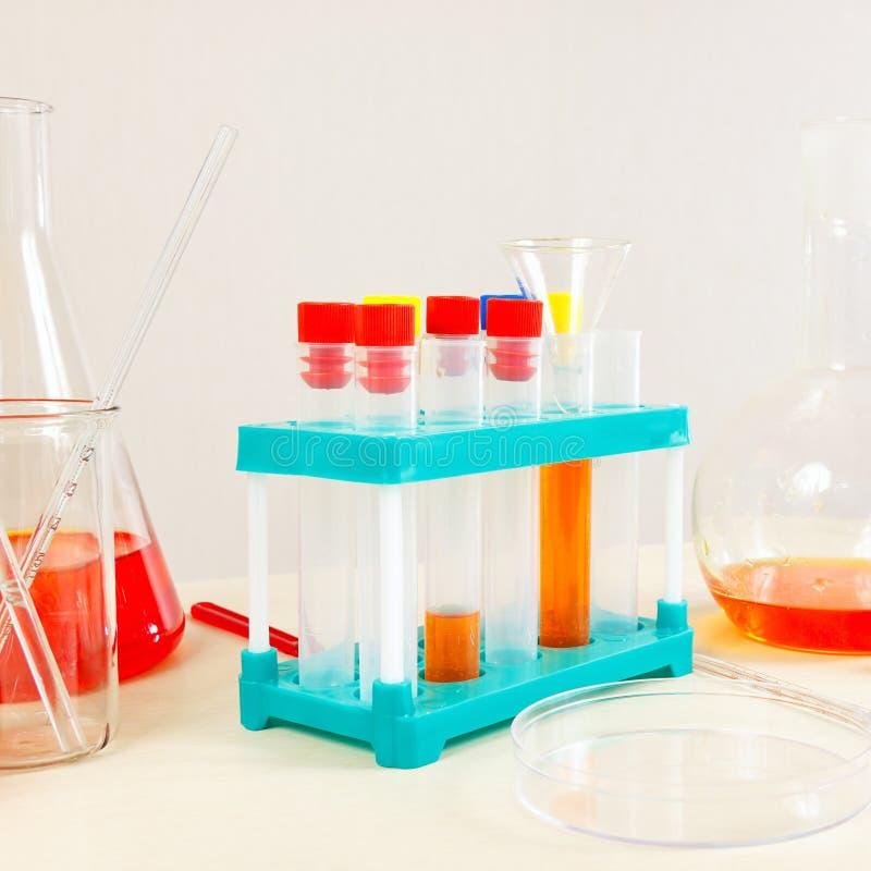O equipamento para médico analisa na tabela do laboratório fotografia de stock royalty free