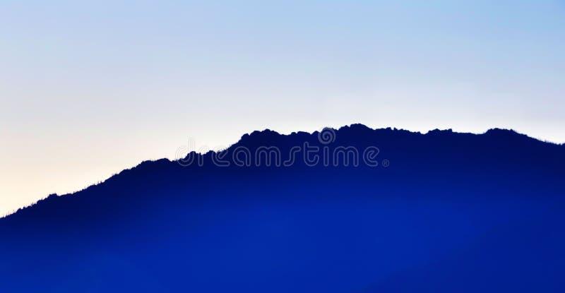 O esboço azul da montanha imagens de stock