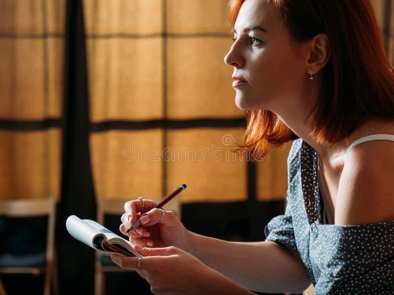 O esboço fêmea do artista do ruivo aprende o lápis da tração fotografia de stock
