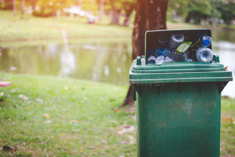 O escaninho verde está completo dos desperdícios fotos de stock royalty free